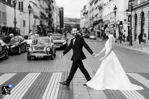 Foto artística do casamento de um casal no Hotel Ritz Paris caminhando na Place Vendome