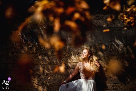 Foto artística do casamento de Meersburg no outono da Noiva e folhas