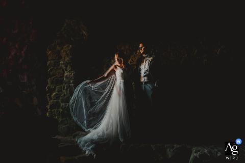 Foto artística do casamento de Gleisberg da noiva e do noivo em ótima iluminação
