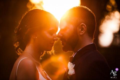 Casamento artístico em Orvieto close up retrato da noiva e do noivo com raios de sol no Borgo San Faustino