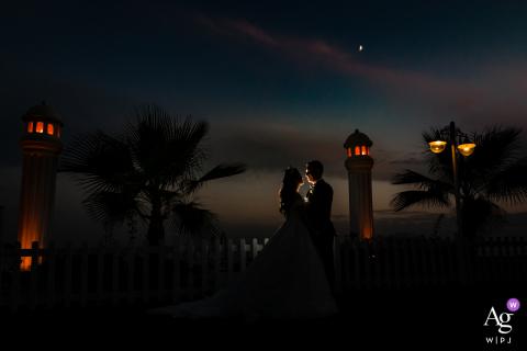 Kadıköy Retrato artístico de casamento da noiva e do noivo posando em frente a um farol