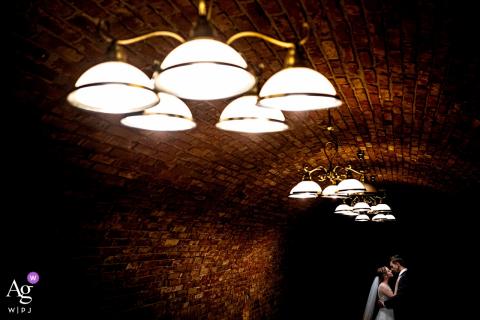 Svatojakubský Pivovar retrato de boda de los novios en la bodega