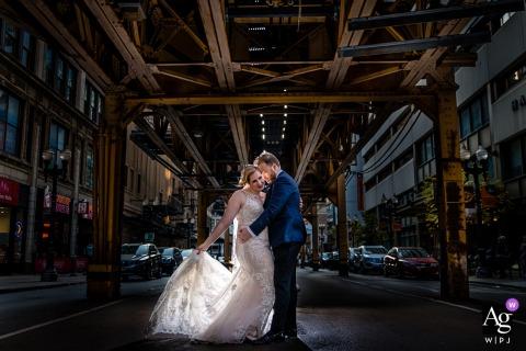 Retrato de casal de noivos de Chicago em pé no meio de uma rua