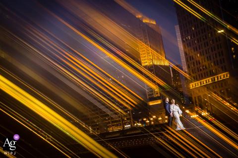 O fotógrafo de casamento de Chicago capturou este retrato cheio de luz no topo de uma ponte