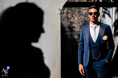Pordenone, Itália, retrato de casamento criativo do noivo na luz e a silhueta da noiva