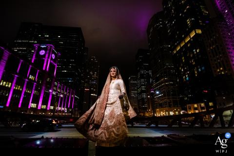Retrato artístico nupcial no centro de Chicago, Illinois, à noite