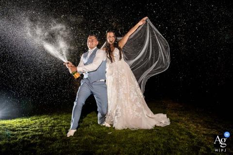 Het Nederlandse koppel is vastgelegd op deze trouwfoto terwijl ze bij Brasserie Oostgaag een fles champagne de nachtelijke hemel in schudden