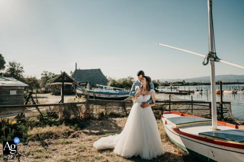 Empfangsort, Pyrénées-Orientales, Frankreich künstlerisches Hochzeitsbild durch die Boote - ein Paarporträt nach der Zeremonie