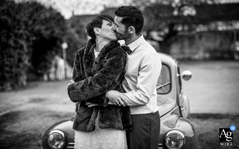 Pavie, França, retrato de casamento da noiva e do noivo roubando um beijo em um estacionamento