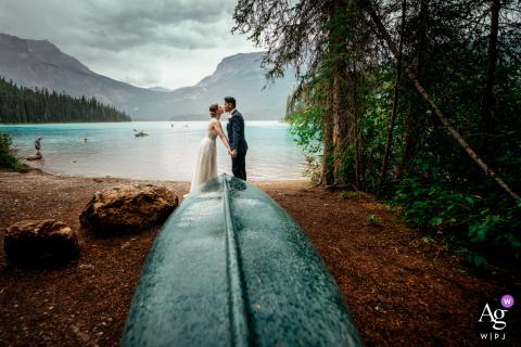 Yoho National Park, retrato de casamento de casal se beijando e segurando a mão no Lago Esmeralda