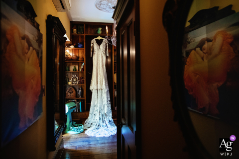 Photo de mariage artistique du New Jersey de robe accrochée dans la bibliothèque de The Gables Inn à Beach Haven, Long Beach Island NJ