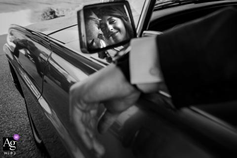 Retrovisor lateral em preto e branco, retrato de casamento do casal saindo em seu carro clássico em Yonah Mountain Vineyards, Cleveland, Geórgia