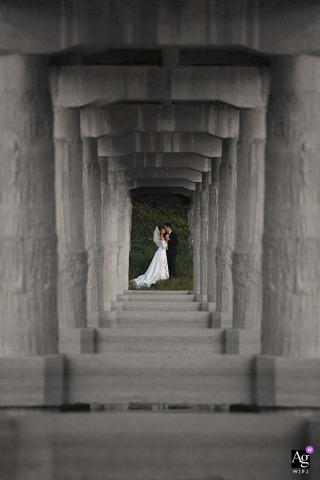 旅馆室外新娘和新郎在艺术婚礼照中的肖像