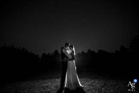 Retrato de casal de belas artes em Lincoln, NE, da noiva e do noivo sob as estrelas à noite