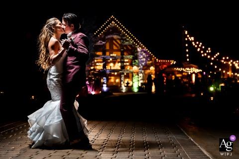 Della Terra Mountain Chateau, Estes Park, CO retrato noturno criativo da noiva e do noivo em um local bacana à noite