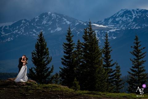 Retrato de casal de belas artes em Boulder, Colorado, da noiva e do noivo nas Montanhas Rochosas