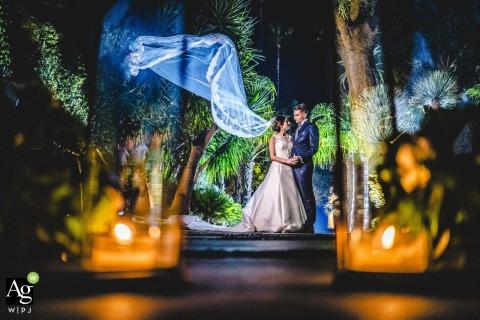 Casal da Sicília posando para fotos de casamento com velas acesas em primeiro plano