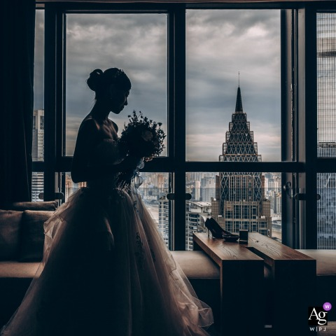 ChongQing, China retrato nupcial criativo da noiva e a paisagem da janela do hotel na cidade