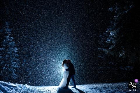 Denver, Colorado, retrato criativo do dia do casamento em um casamento de inverno e sorte de ser pego em uma grande nevasca após escurecer