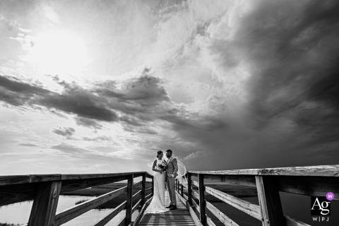 Condomínios de Estes Park, Estes Park, Colorado, retrato de casal de noivos durante uma tempestade na praia