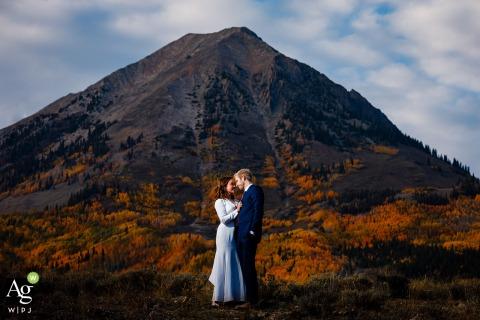 Crested Butte, CO Braut und Bräutigam stehen für ein schnelles Porträt mit Gothic Mountain im Hintergrund für diese Hochzeitsporträtsitzung