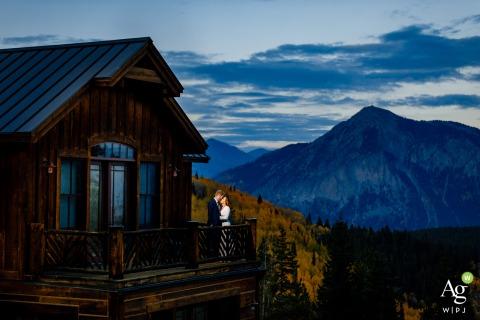 Crested Butte, CO Paar, das direkt vor ihrem Empfangsraum für ihre Crested Butte Hochzeit steht