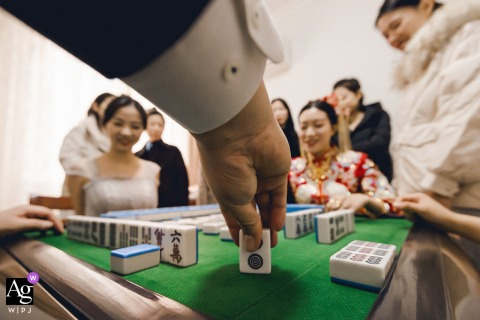 Nanping, Fujian creative wedding detail image created while the groom and the bride are playing cards