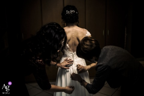 villa a briosco la vestizione creative, fine art wedding photo showing the hands that dress the bride