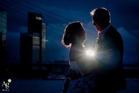 Holanda sesión de retrato de boda para el novio y la novia en la hora azul