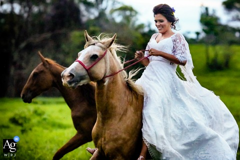 Chácara dos noivos adventurous wedding bridal portrait of the bride running with horses