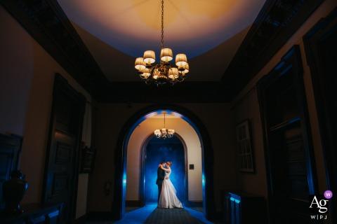 Cleveland, Ohio wedding couple session d'image artistique d'atmosphère et de flash gélifié bleu derrière le couple