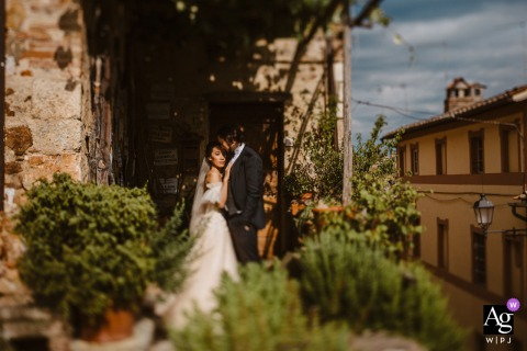 Sovicille Town Hall, La Sosta del Cavaliere, Rosia wedding couple artistic image session of the couple in an archway