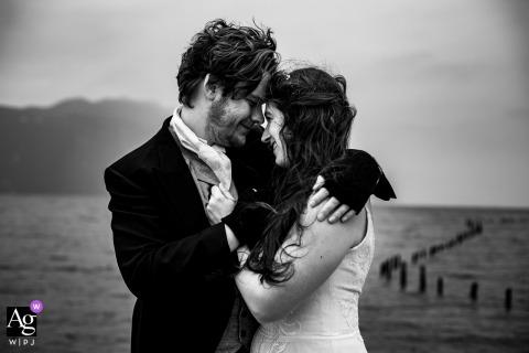 Aix-les-Bains couple de mariage séance d'image artistique du couple enlacé près de la mer