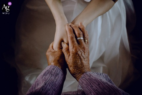 Fujian artful style wedding detail picture of the bride and grandmother clasping hands