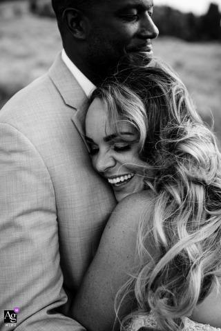 Butte, MT sposi sessione di immagine artistica degli sposini che si abbracciano, felici di essere sposati