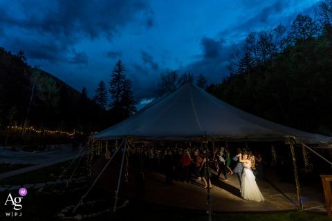 Lugar de la boda de Colorado recepción al aire libre fotografía de la pareja bailando por la noche