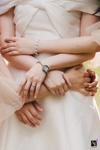Photo de détail de mariage de style artistique du Fujian de la mariée et de nombreuses mains qui l'entourent