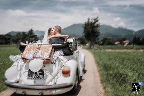 Sessione di immagine artistica degli sposi veneti - un ritratto degli sposi mentre guidano attraverso un bellissimo paesaggio