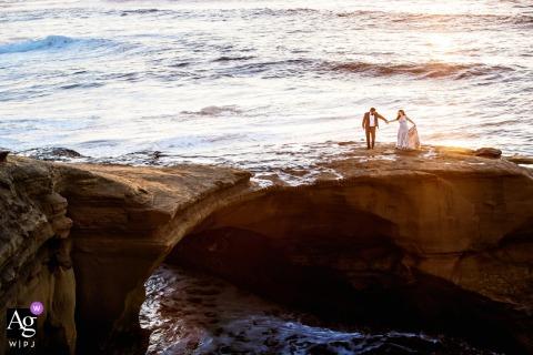 Sunset Cliffs, San Diego, California, sesión de imagen artística de bodas como pareja está caminando junto al océano