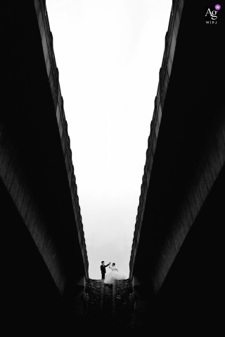 Fujian wedding couple artistic image session during Location shoot of bridge passing by