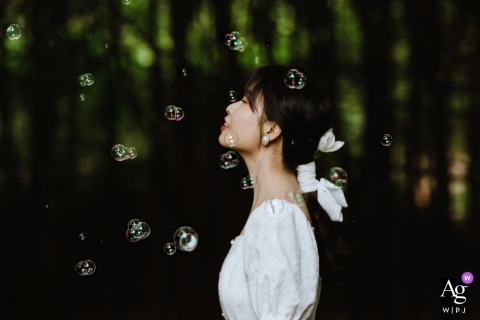 Sichuan wedding bride artistic image session showing The bride is waiting for the wedding ceremony to start with colorful bubbles flying in the air, setting off the bride