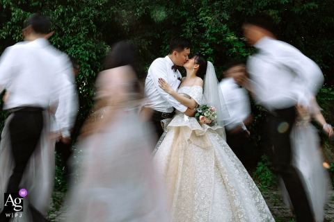Guangxi wedding couple artistic image session with the bridal party running in Nanning around the couple using slow shutter speed