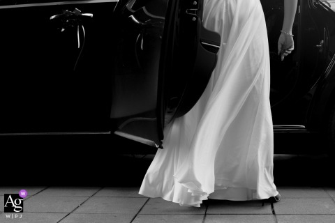 Guangdong artful style wedding detail picture in BW of the bride getting into the car