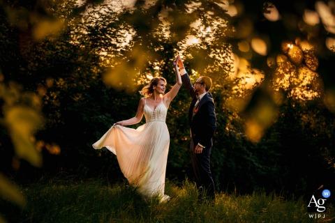 Leingarten wedding couple séance d'image artistique de la mariée et le marié dansant au soleil à l'extérieur