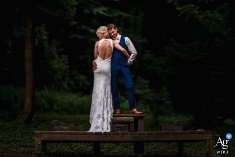 Session d'image artistique de couple de mariage de Neckarsteinach dans les bois de l'Allemagne