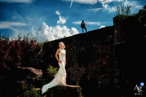 Séance d'image artistique du couple de mariage de Neckarsteinach d'Allemagne dans les ruines historiques