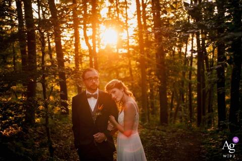 Séance d'image artistique de couple de mariage d'Allemagne à Leingarten pendant le coucher du soleil dans les bois