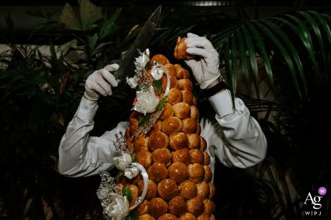 Hôtel Particulier de Montmartre, Paris photo de détail de mariage de style artistique montrant la pièce montée traditionnelle prise d'un angle inférieur qui la fait ressembler au corps d'un homme sans tête