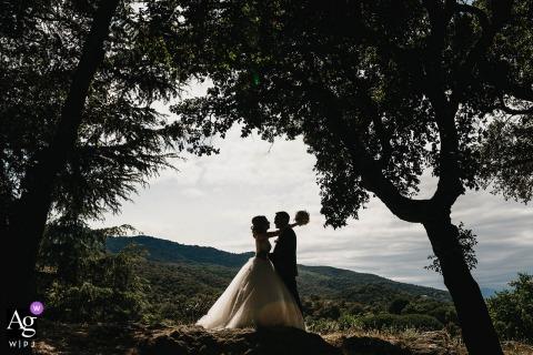 Pyrénées-Orientales, Frankreich Hochzeitspaar künstlerische Bildsession während eines Brautpaar-Porträts am Ort der Zeremonie