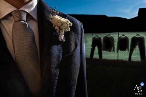 Casa della sposa, Quistello, Mantoue, Italie, photo de détail de mariage de style artistique montrant le document de fleurs et de tissu de la veste pour souligner le mois d'hiver, et les vêtements suspendus au voisin de droite pour rappeler le concept